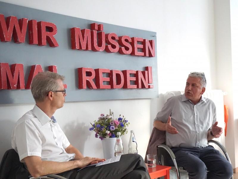 """""""Wir müssen mal reden!"""" mit Dr. Roland Scherer vom Desert Flower Center im Krankenhaus Waldfriede"""